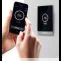 Bedieneinheit Logamatic TC100 an der Wand und Smartphone mit zugehöriger App Regelung EasyMode